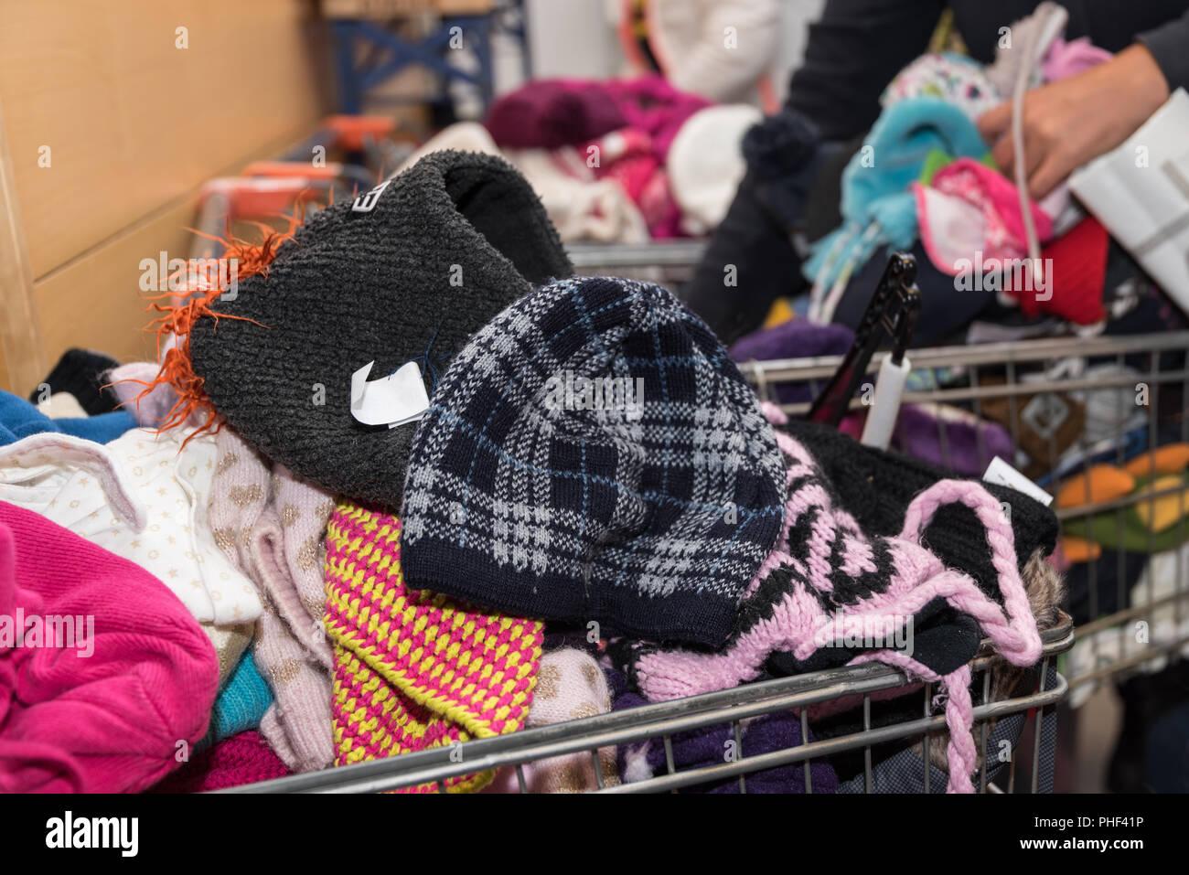 Mercadillo de ropa ofrece adecuados y asequibles ropa infantil Imagen De Stock