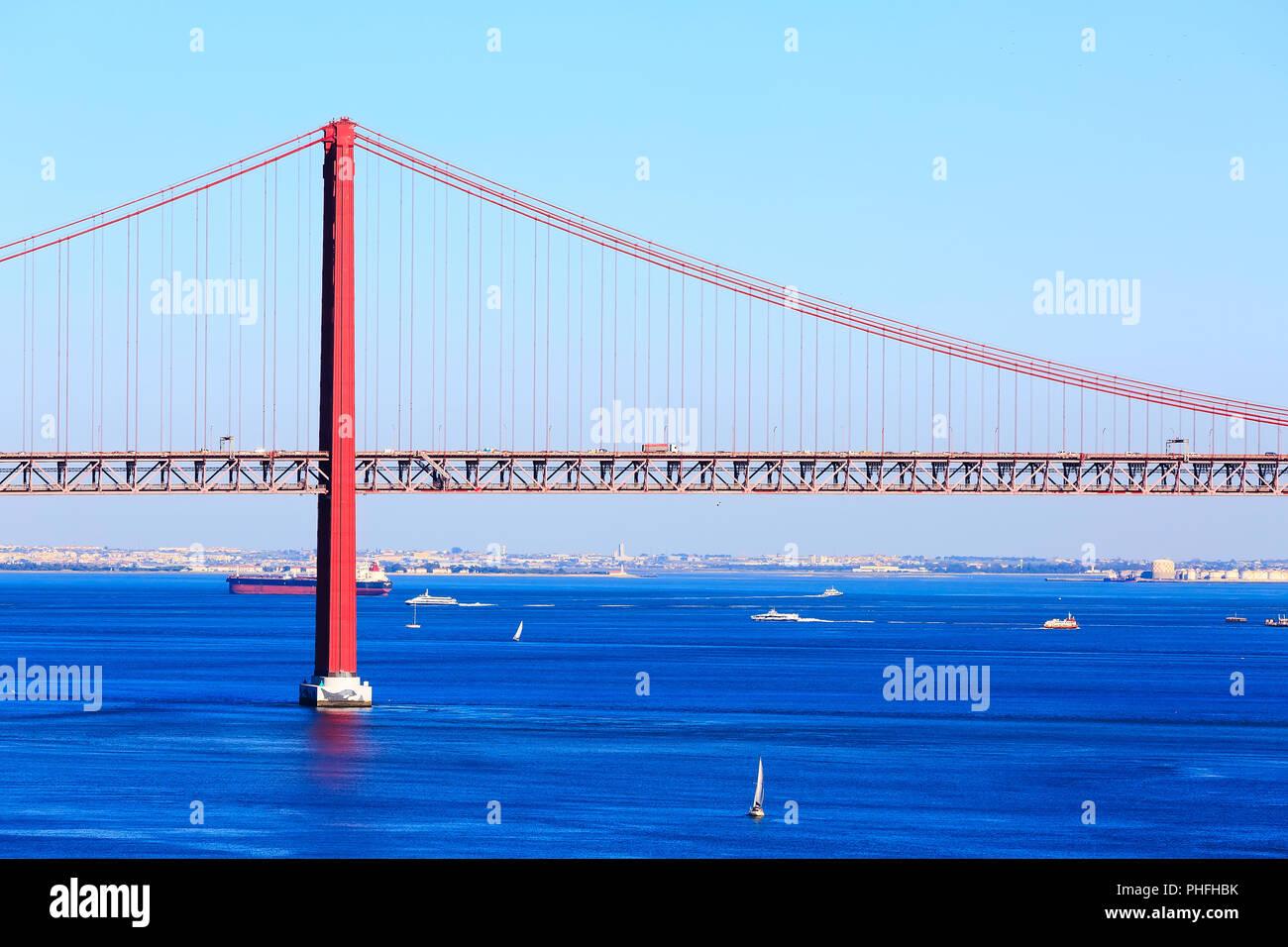 Lisboa, Portugal landmark Ponte de 25 de abril y el puente Río Tajo panorama Foto de stock