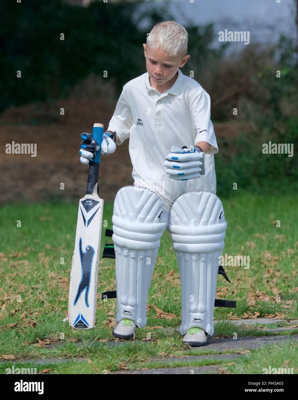 Un joven en cricket marcha a un segundo partido entre once y Tintwistle Mottram Foto de stock