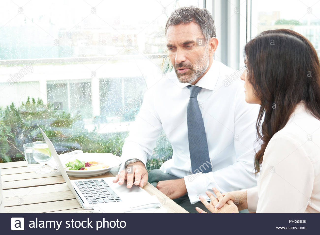 Los empresarios con un portátil en un restaurante meeting Foto de stock