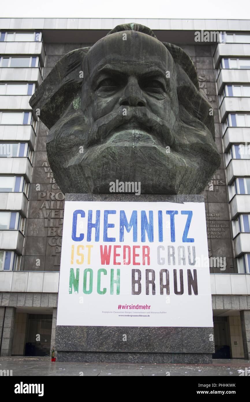 "Chemnitz, en Sajonia, Alemania. 1 Sep, 2018. Karl-Marx-Monoument en Chemnitz con un banner de ''Chemnitz ni es ni gris pardo"" crédito: Jannis Grosse/Zuma alambre/Alamy Live News Foto de stock"