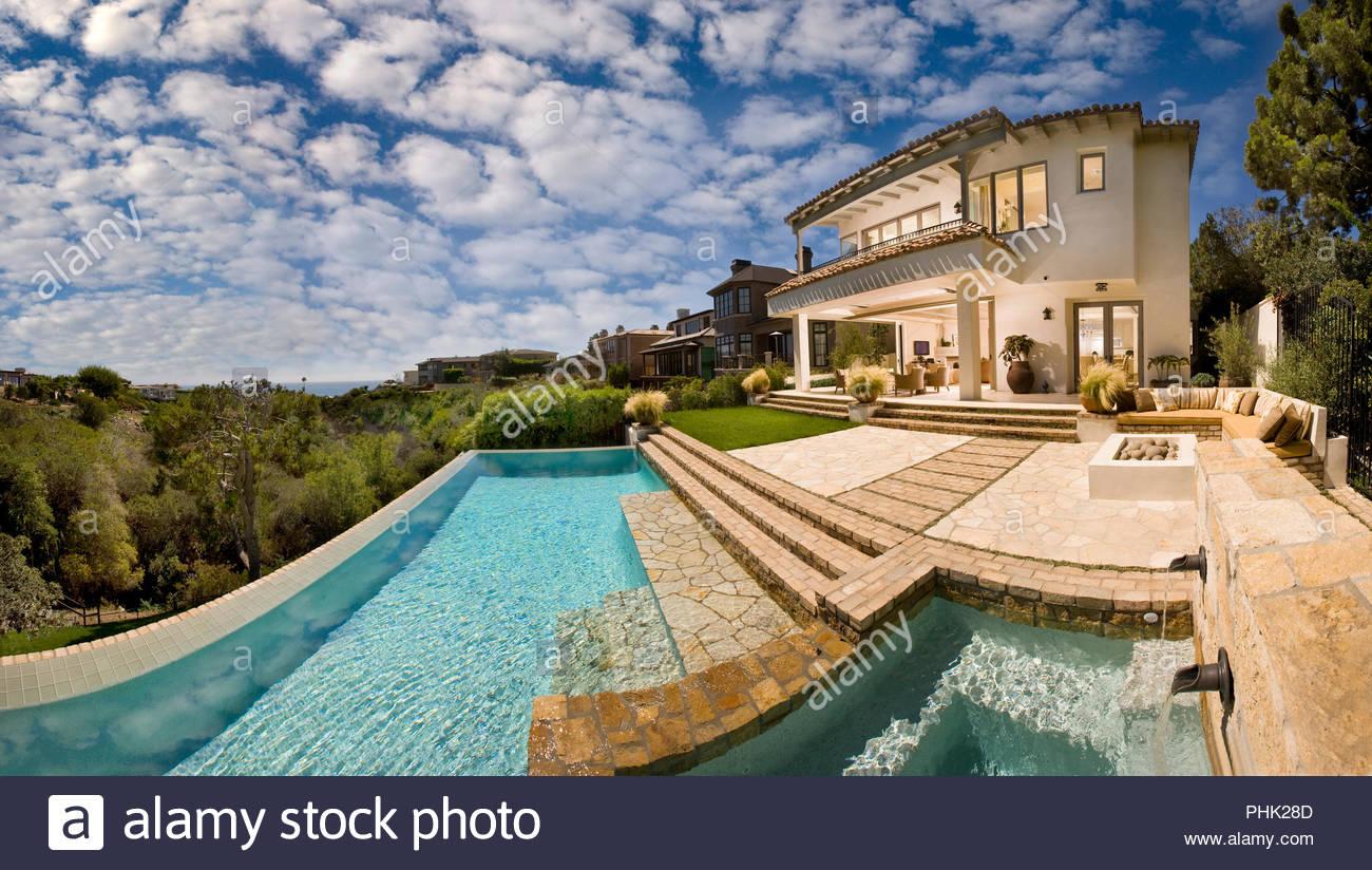 Casa Blanca con piscina Imagen De Stock