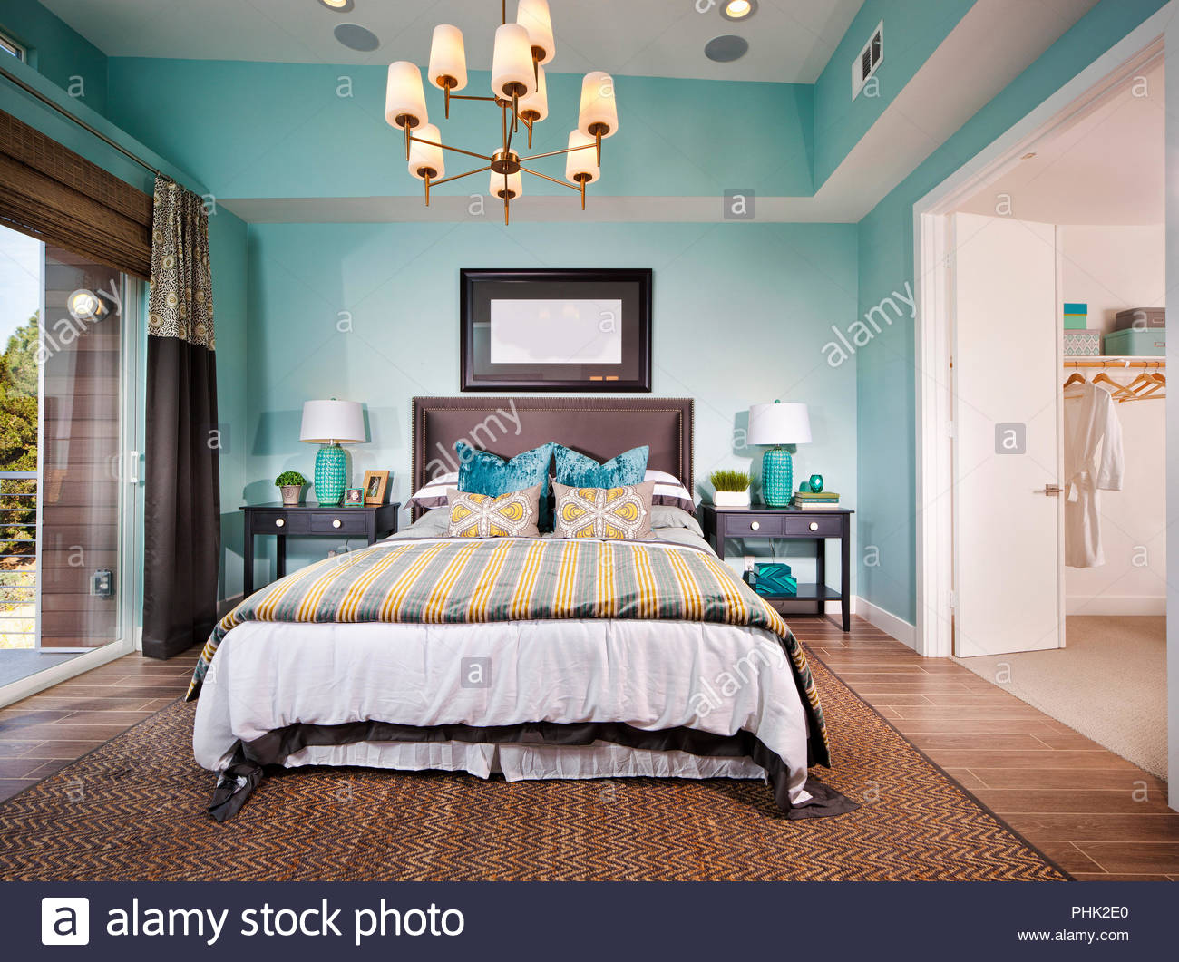 Dormitorio con lámpara de araña Imagen De Stock