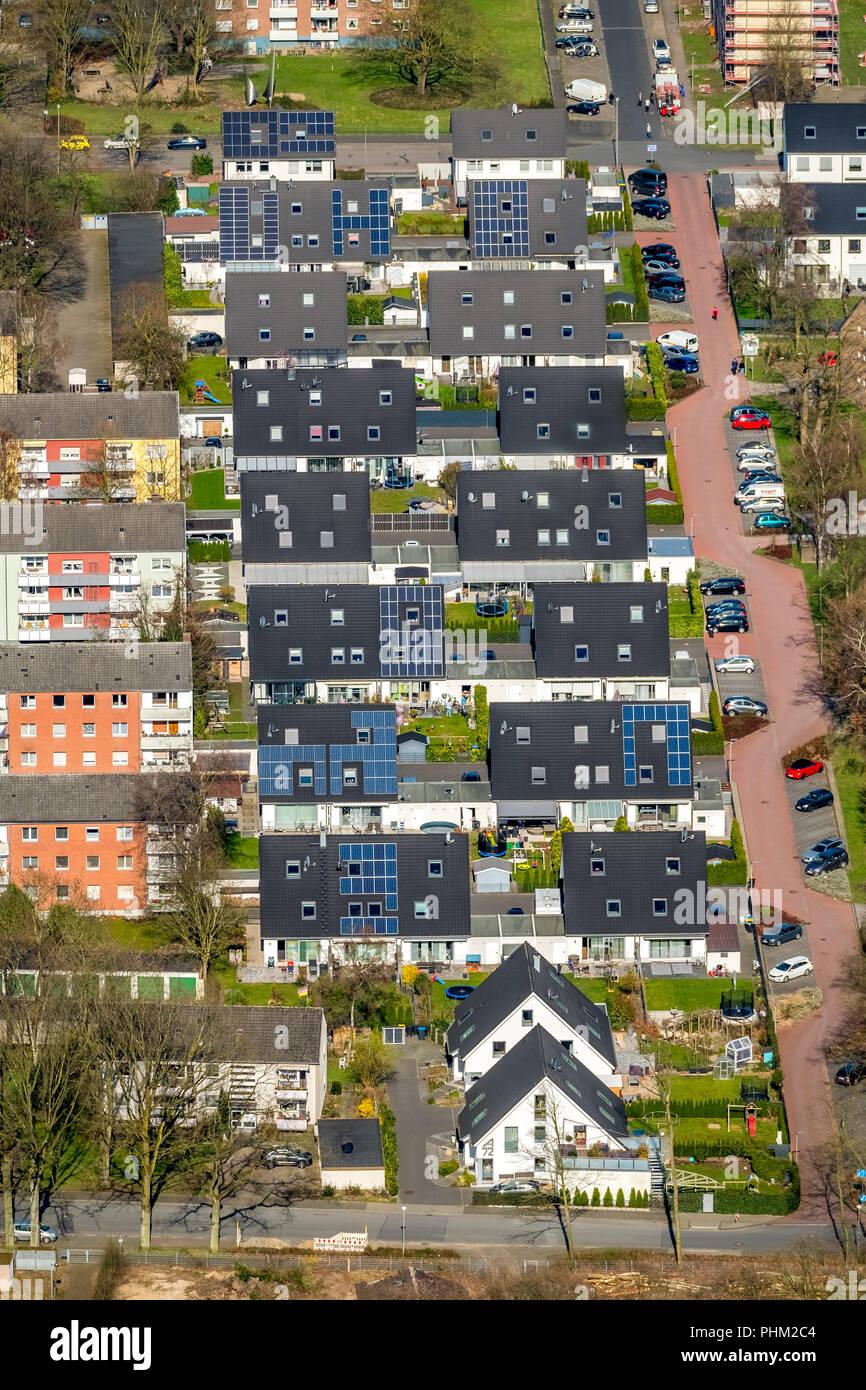 Hermosa Barbarastraße viven en casas unifamiliares, .la energía solar, techos solares, casas adosadas, garajes, casas pareadas, en Voerde en NRW. Foto de stock