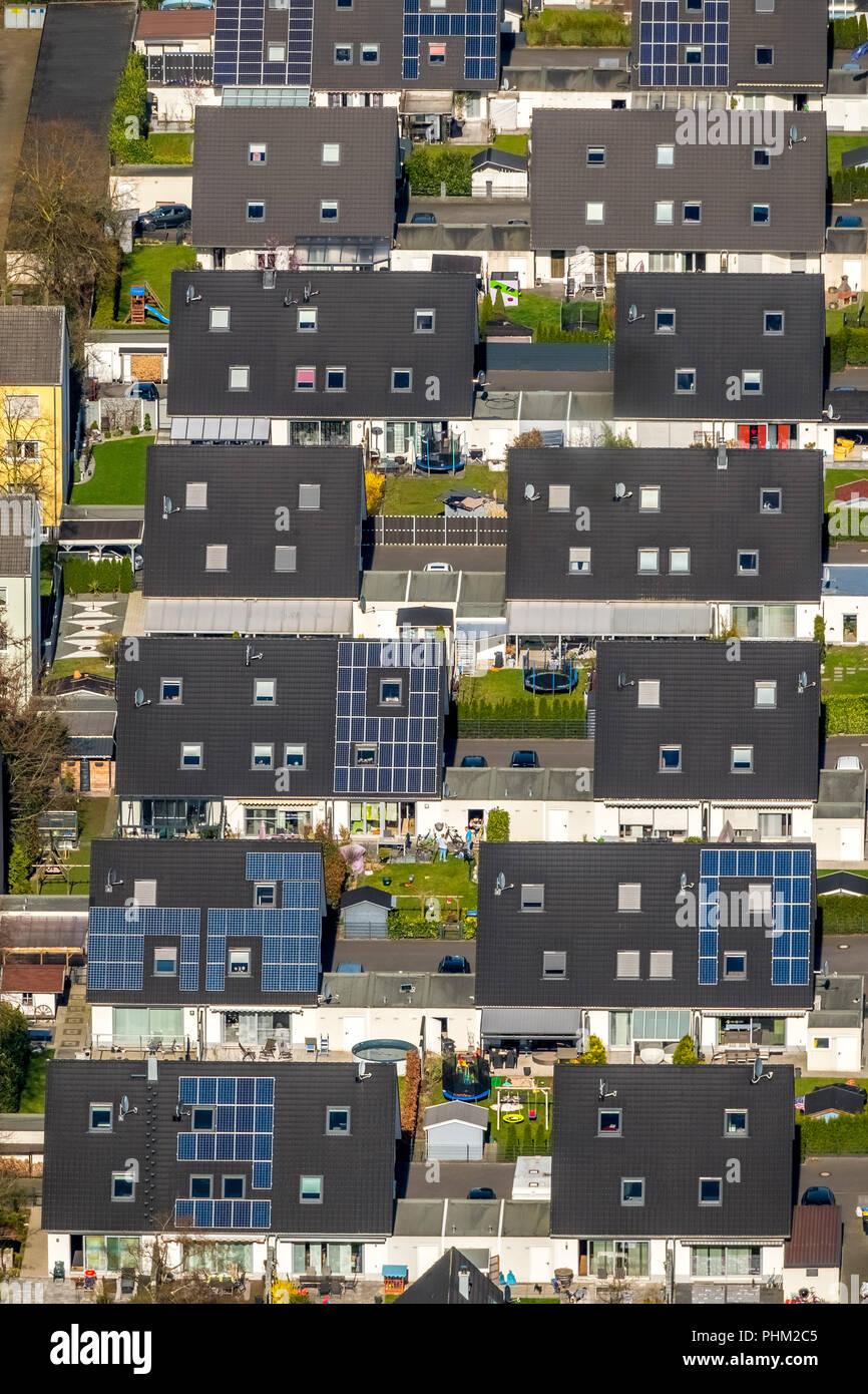 Hermosa Barbarastraße viven en casas unifamiliares, .la energía solar, techos solares, casas adosadas, garajes, casas pareadas, en Voerde en NRW. Imagen De Stock