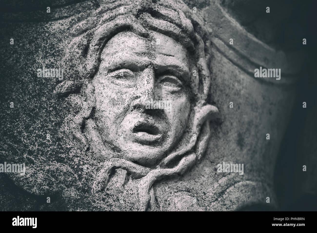 Detalle de la estatua de cerca de una mueca de piedra desgastada Imagen De Stock
