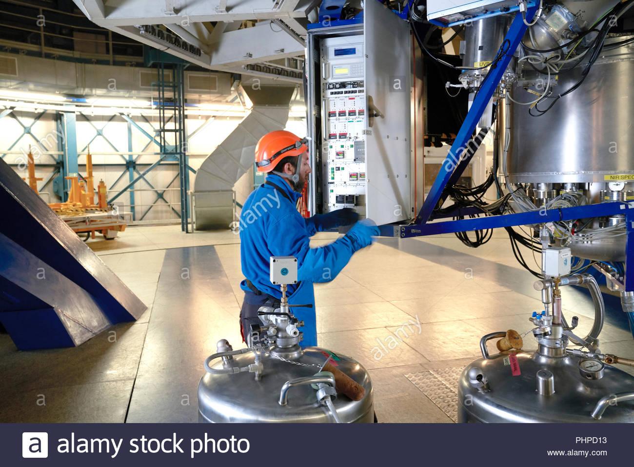 El astrónomo ajustando la maquinaria en Paranal Observatorio en Chile Foto de stock