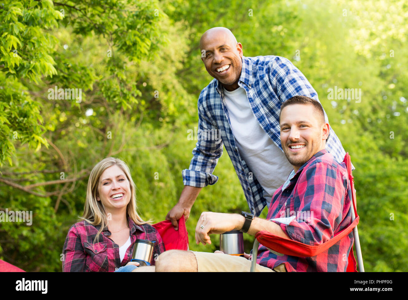 Grupo de amigos riendo y hablando. Imagen De Stock