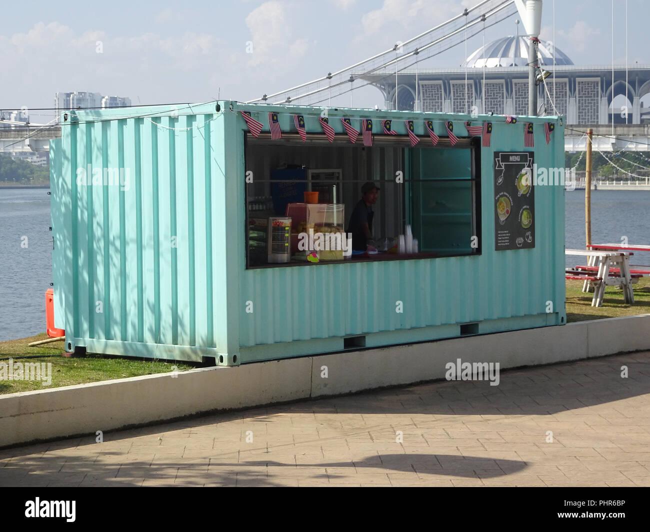 alimentos y bebidas tienda hecha de reacondicionar el contenedor de