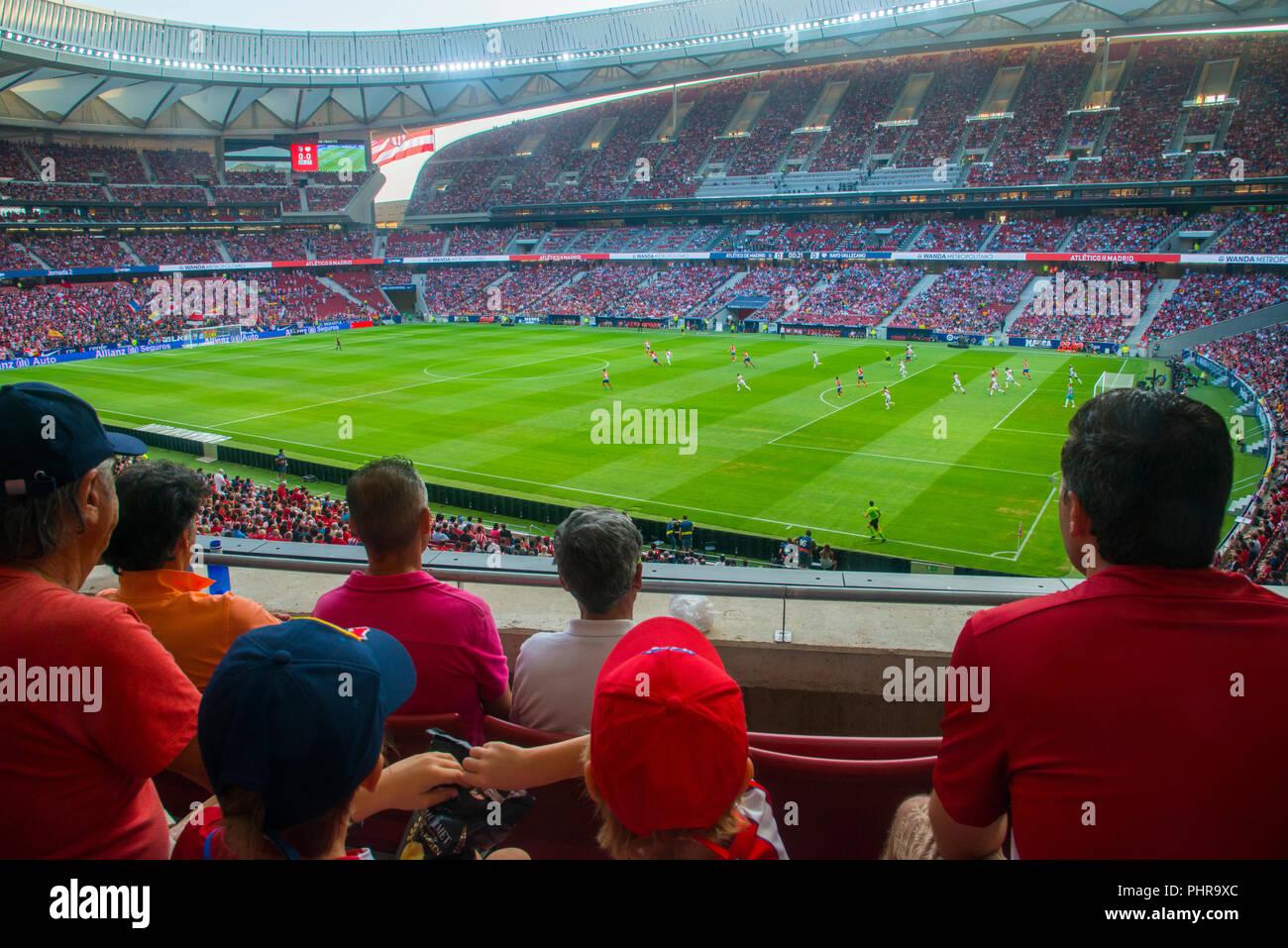 Los espectadores durante el partido de fútbol. Wanda Metroplitano Stadium, Madrid, España. Foto de stock