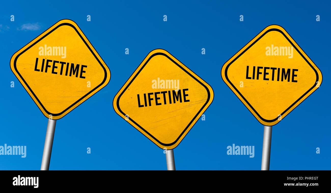 Vida útil - las señales de color amarillo con el cielo azul Imagen De Stock