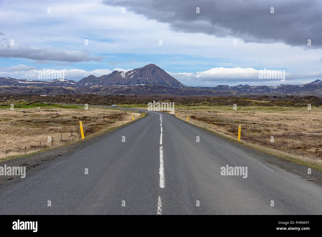 El camino abierto en Myvatnsvegur en el norte de Islandia Foto de stock