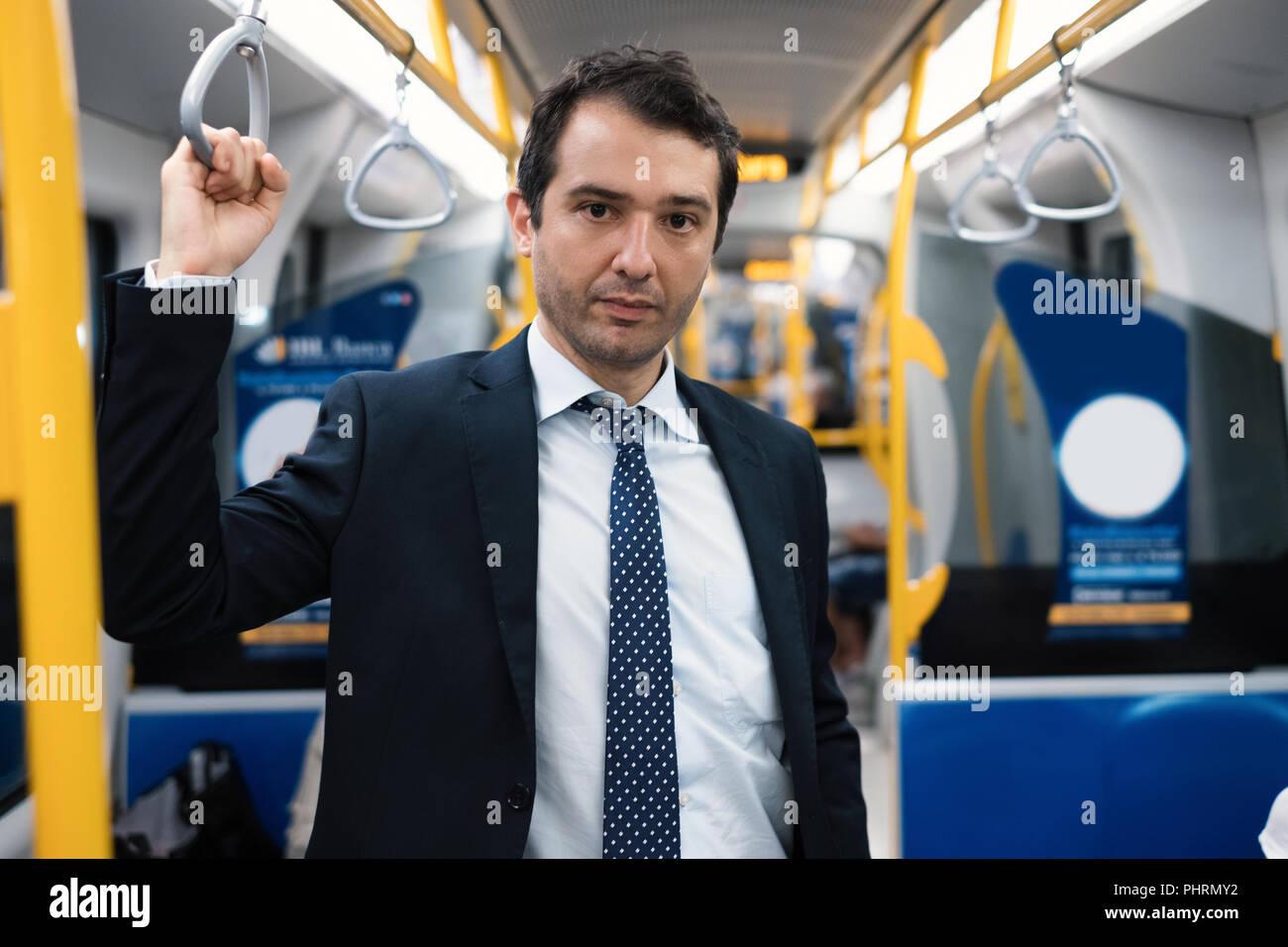 Retrato de hombre de negocios que viaja a trabajar. De pie dentro de metro Foto de stock
