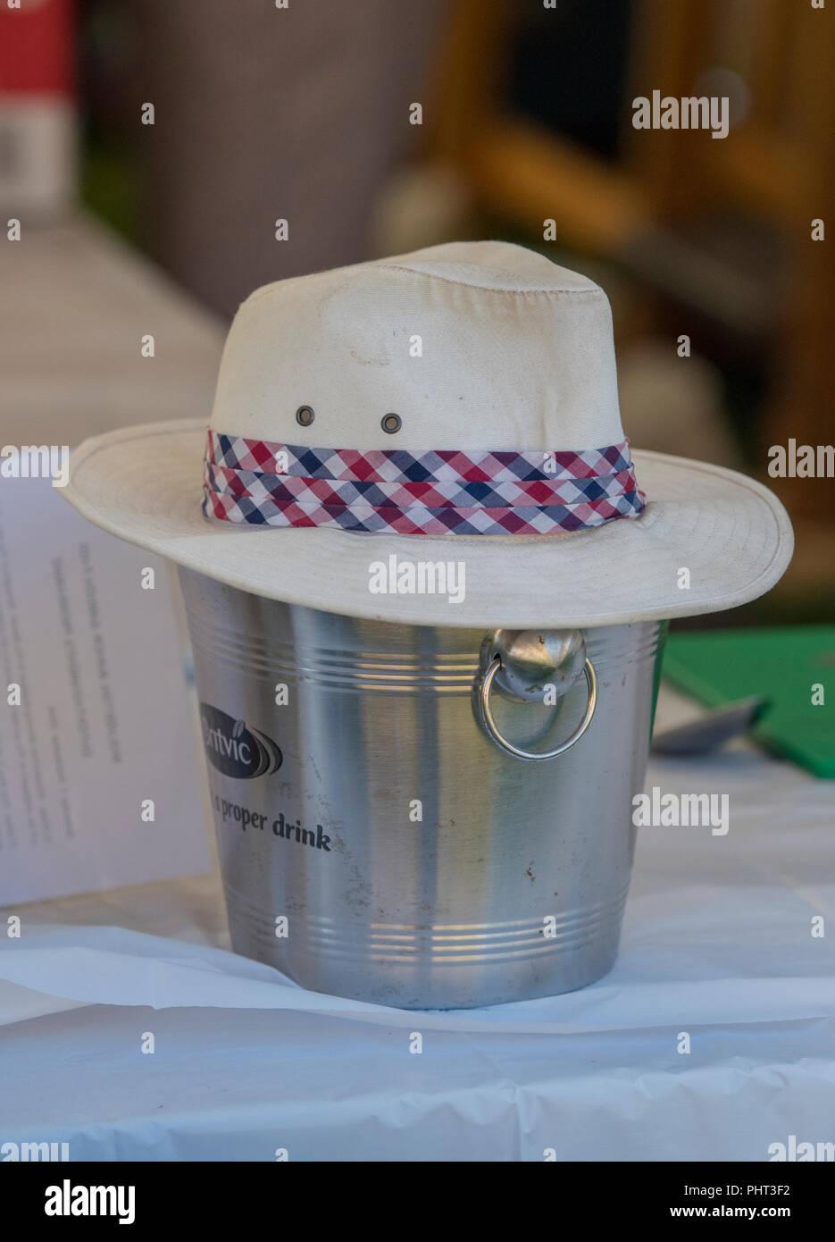 88894f1295c0b Panamá o trilby sombrero para el sol de verano en un balde de hielo  utilizado como