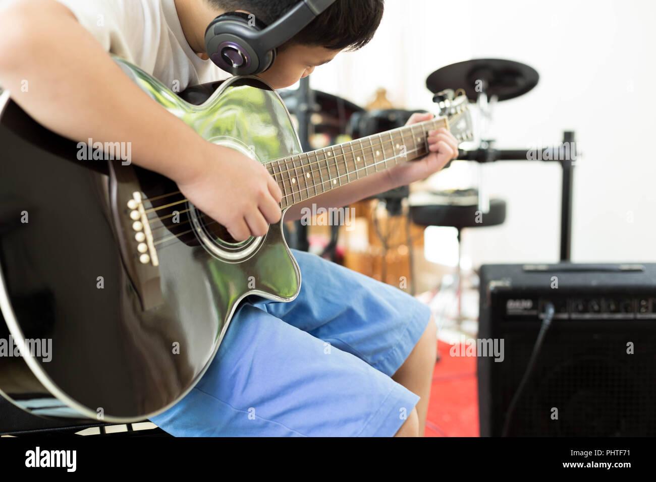 Chico De Guitarra Imágenes Asiático Tocando Sentado Stockamp; bgf76y