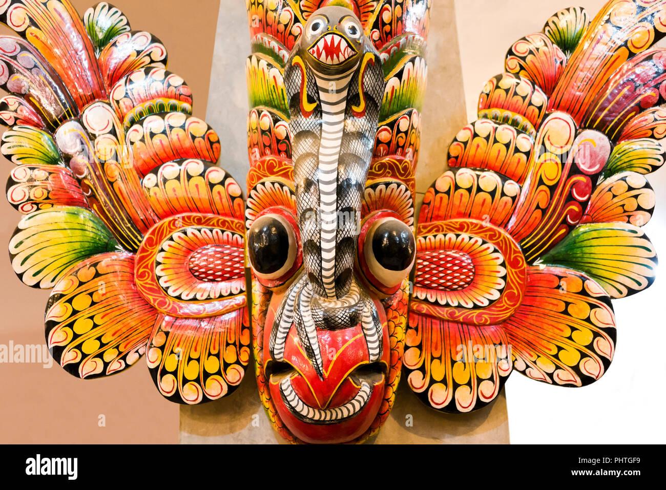 Cierre horizontal de una máscara tradicional de Sri Lanka. Imagen De Stock