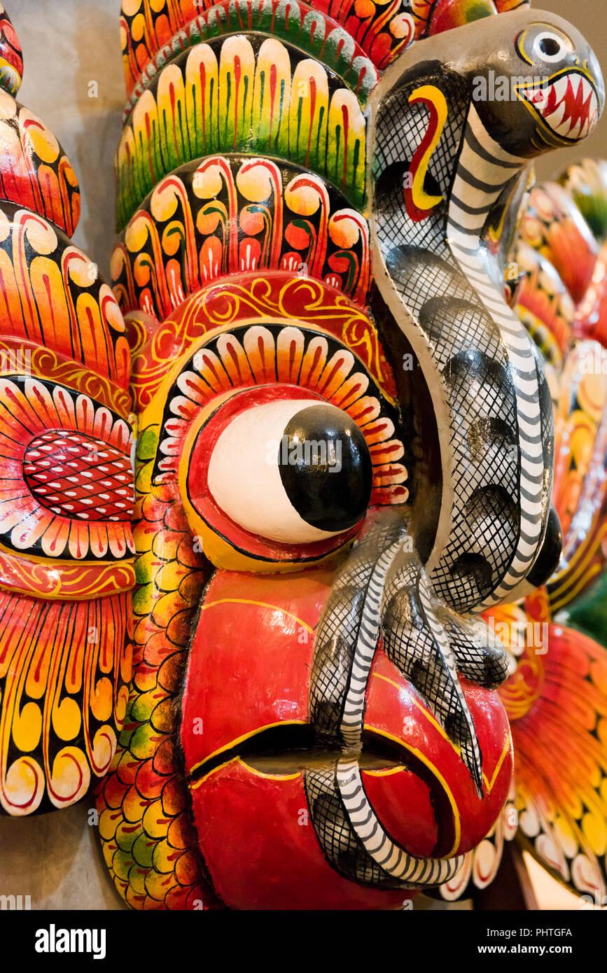 Vertical cerca de una máscara tradicional de Sri Lanka. Imagen De Stock