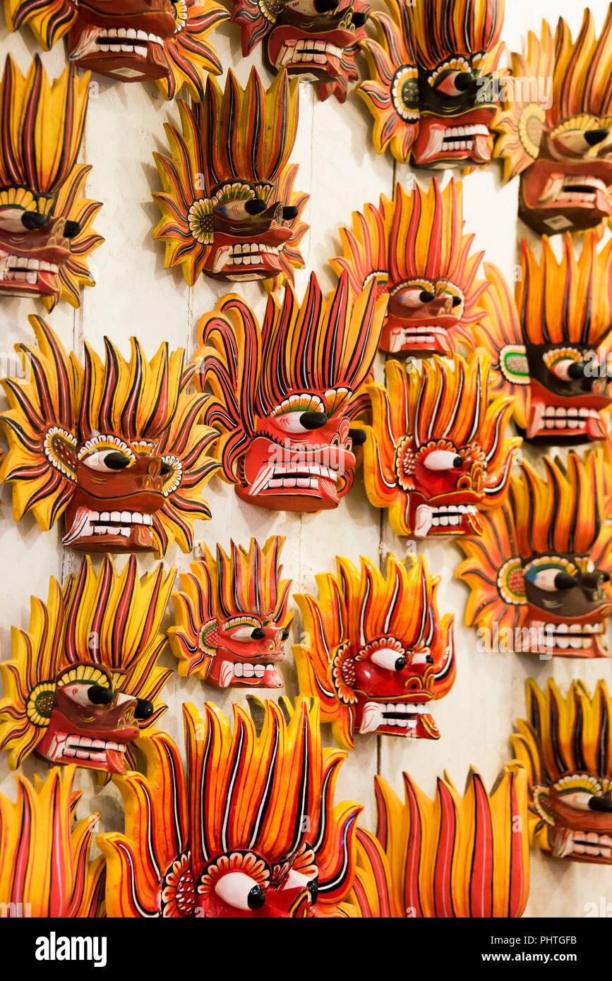 Vertical cerca de máscaras tradicionales de Sri Lanka para la venta. Imagen De Stock