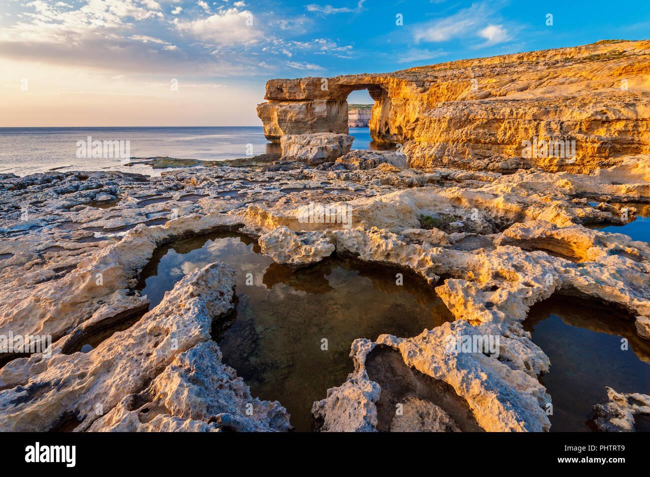 Ventana azul en Gozo Malta al atardecer Foto de stock