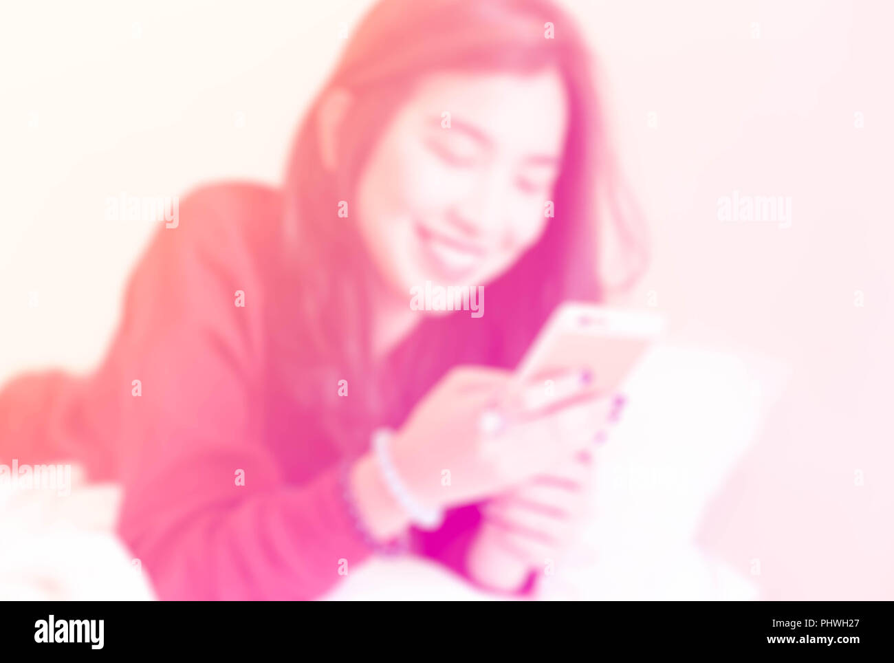 Mujer Asiática sujetando un teléfono móvil Imagen De Stock