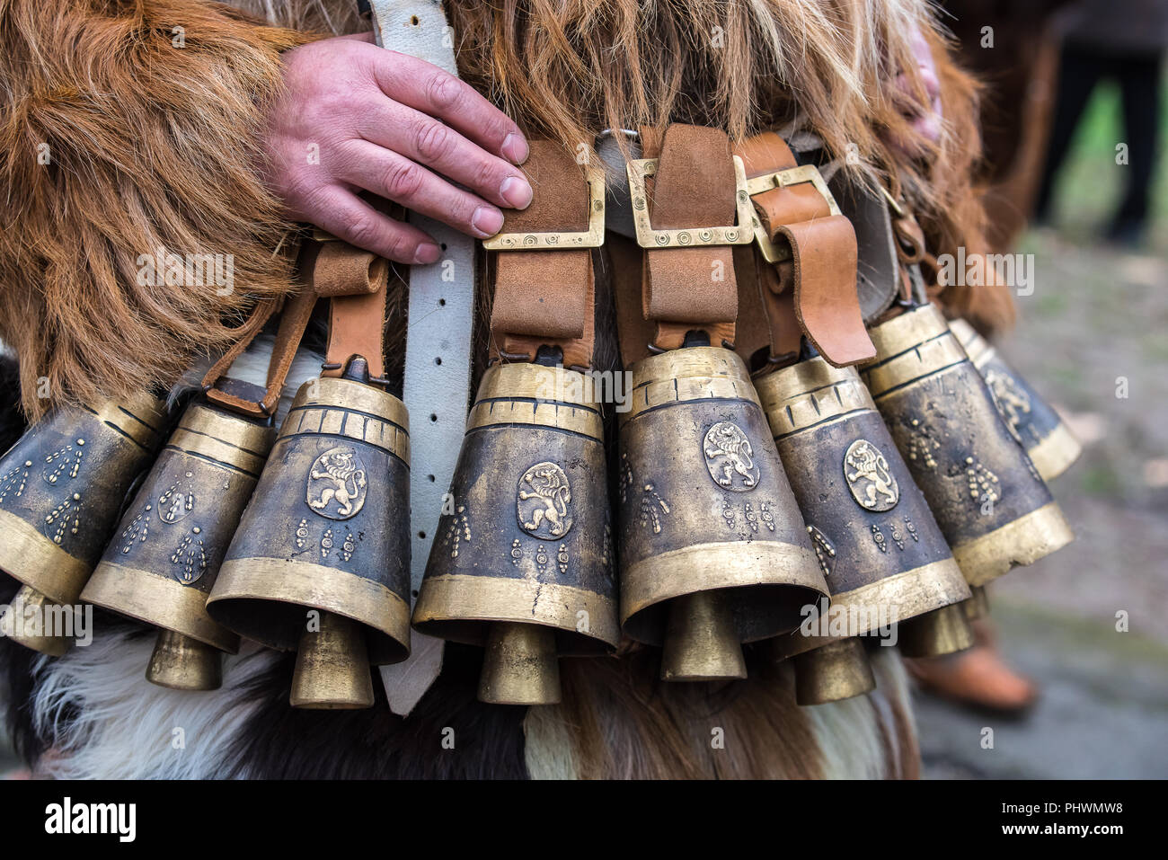 Kukeri campanas. Trajes de Kukeri Folk en Bulgaria. Foto de stock
