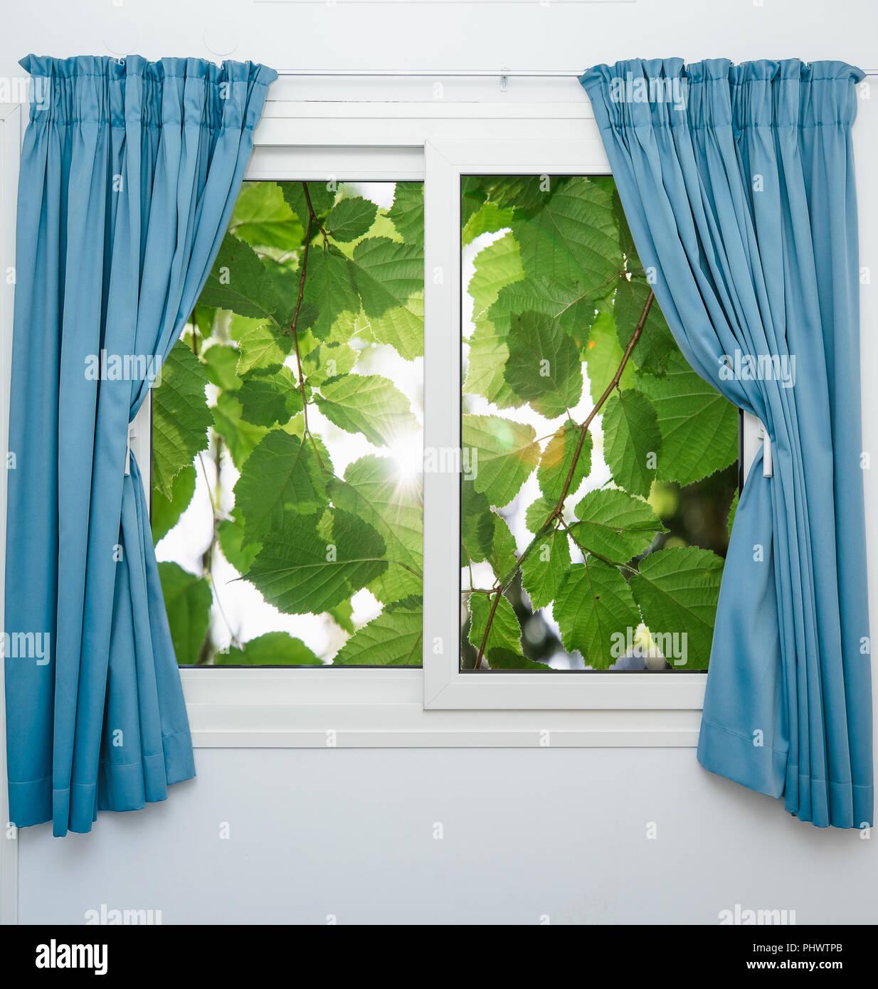 Hermosa vista desde la ventana a la naturaleza pintorescamente Foto de stock