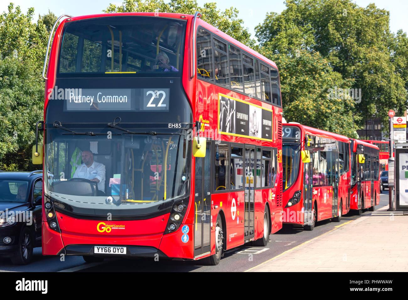 Los autobuses de dos pisos en Putney Bridge, Putney, distrito londinense de Wandsworth, Greater London, England, Reino Unido Imagen De Stock