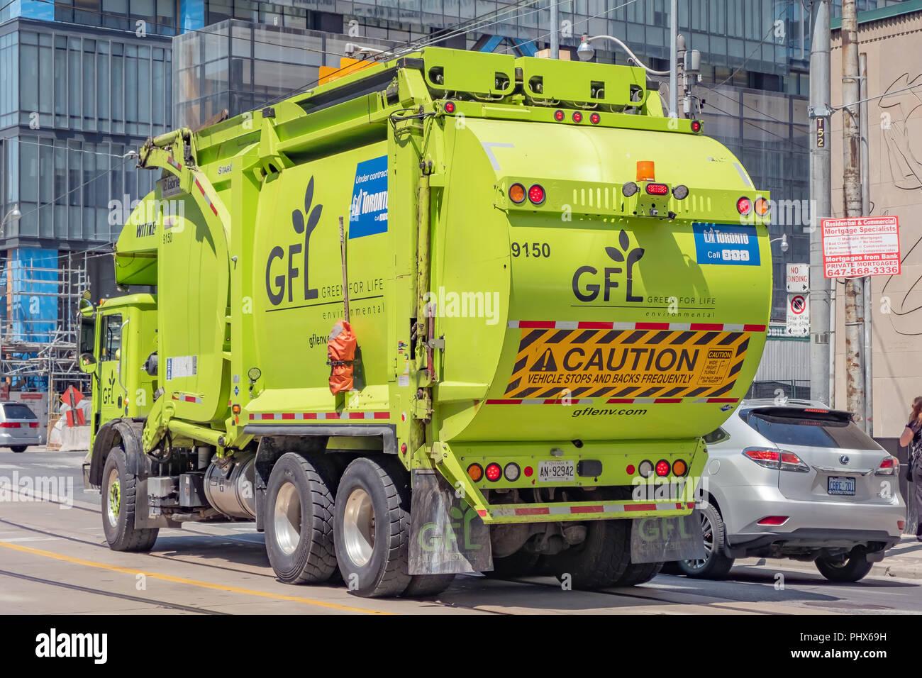 Un verde la gestión de los residuos orgánicos la conducción de camiones en el centro de Toronto, Ontario, Canadá. Imagen De Stock