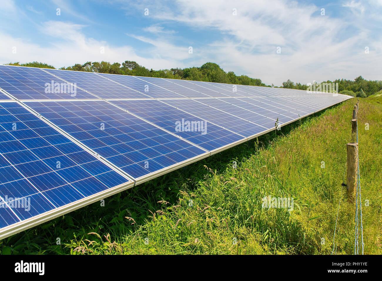 Diagonal larga hilera de paneles solares azul Imagen De Stock