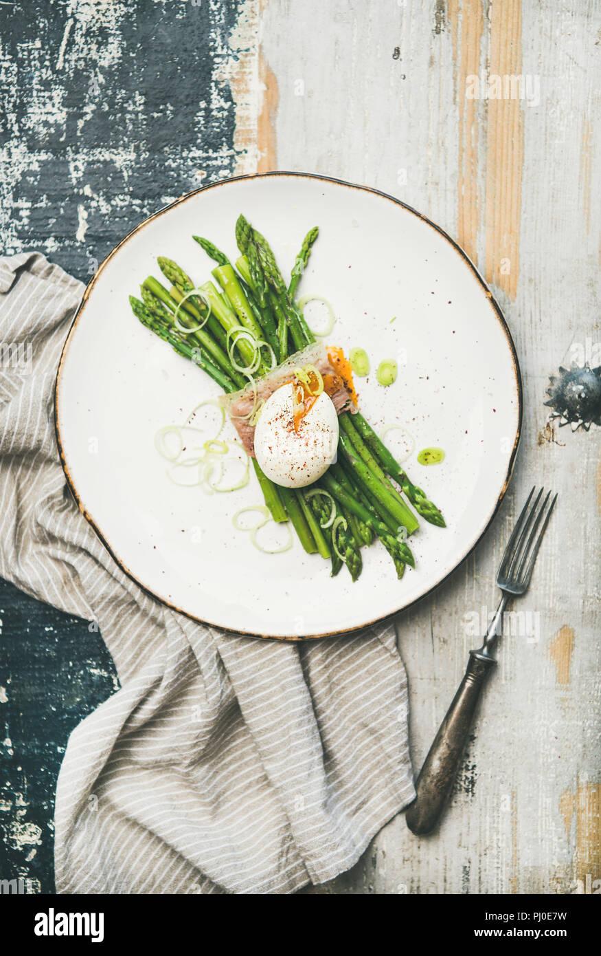 Desayuno saludable con espárragos verdes, huevo blando , bacon Imagen De Stock