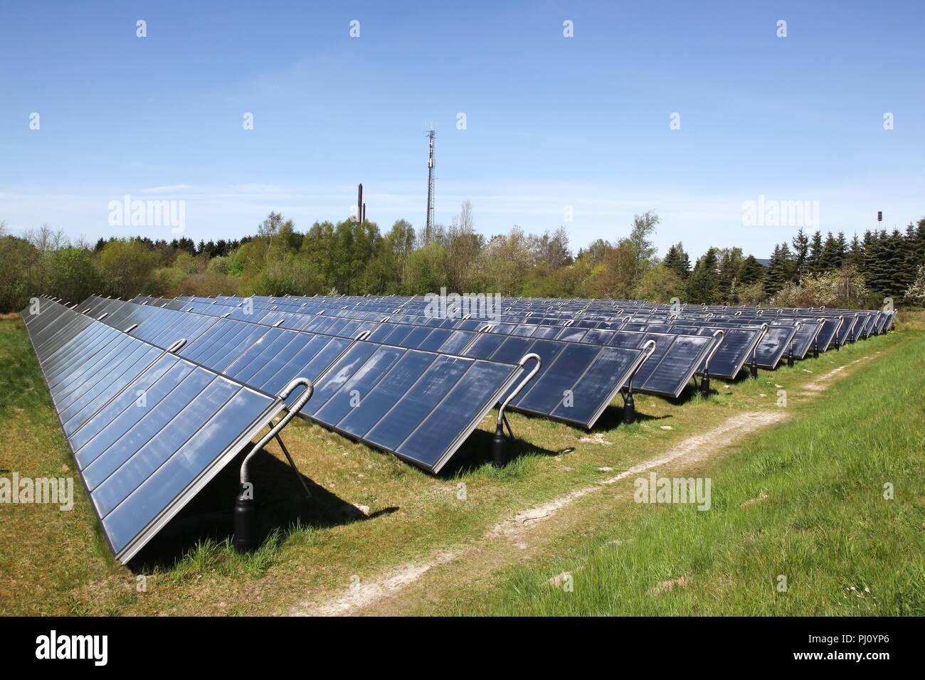 Grupo de paneles de energía solar térmica en Dinamarca Imagen De Stock