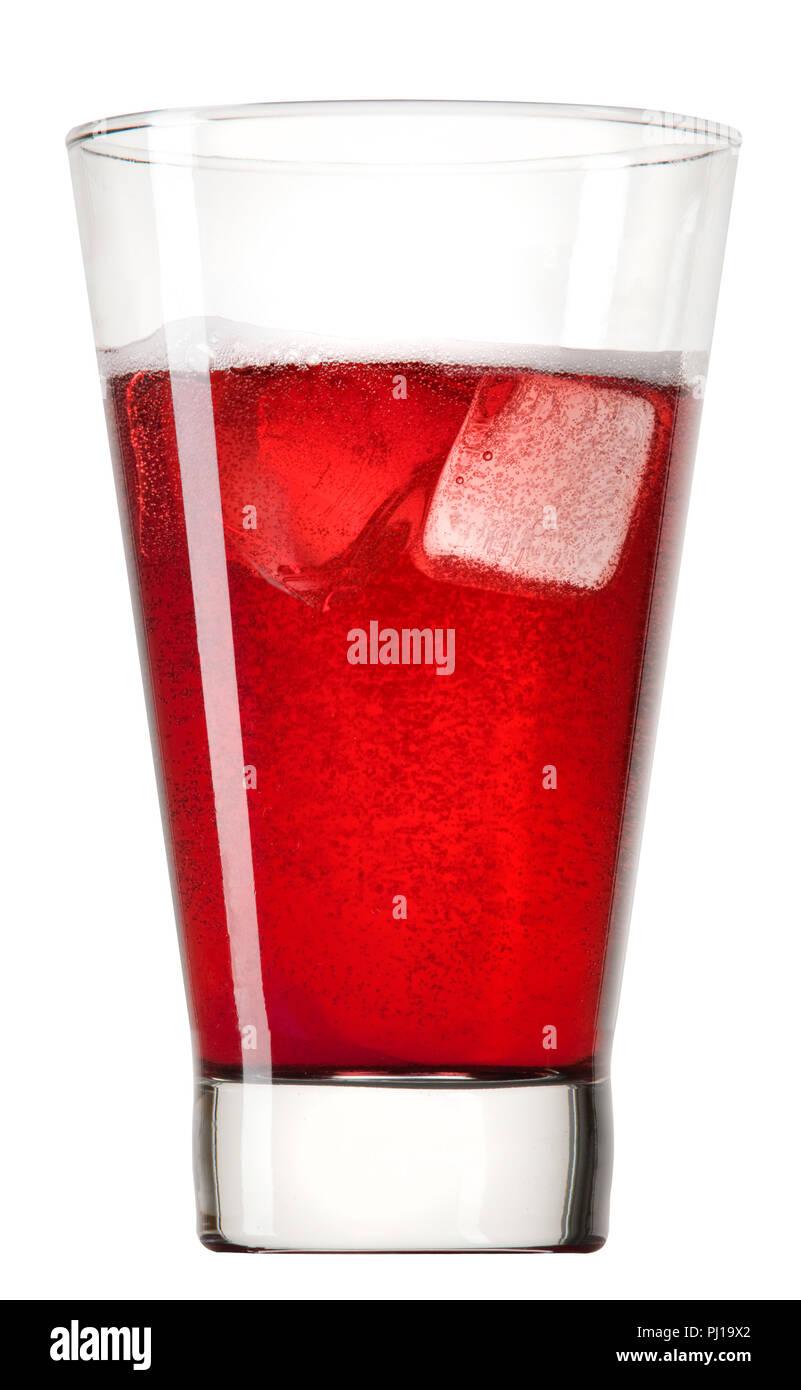 Una bebida de color rojo con cubitos de hielo y burbujas. Imagen De Stock