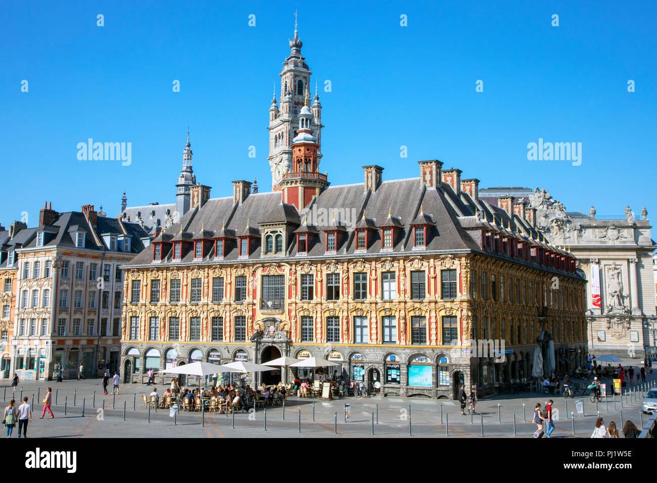 La Vielle Bourse de Lille, originalmente el edificio de la Cámara de Comercio, situada en la Grand Place, cerca de la Place du Général de Gaulle, ahora alberga cafeterías, Imagen De Stock