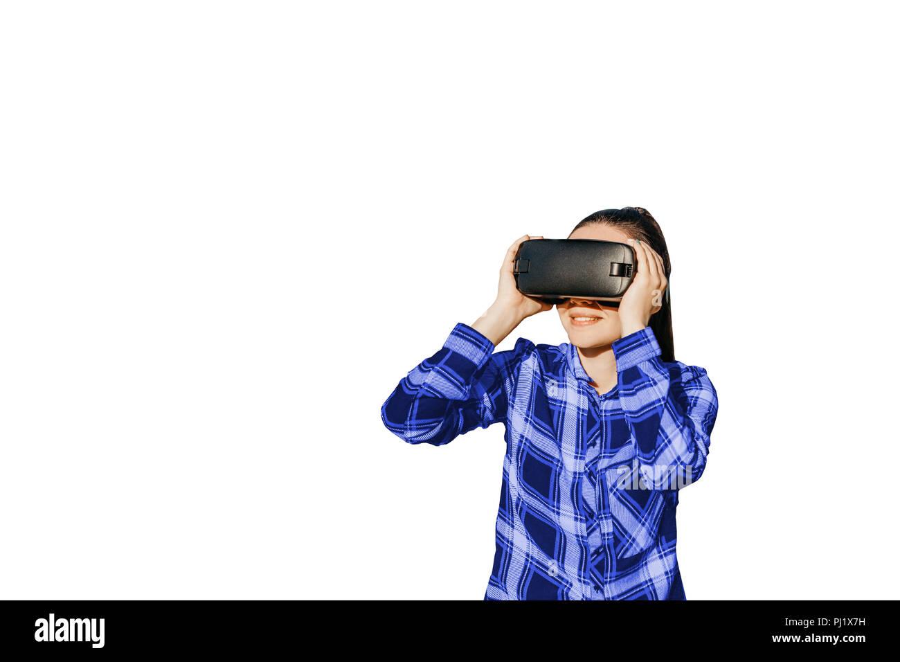 La mujer con gafas de realidad virtual aislado sobre fondo blanco. La tecnología del futuro concepto. La moderna tecnología de diagnóstico por imagen. Foto de stock
