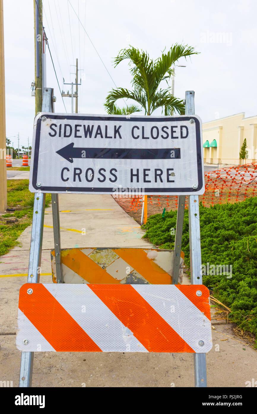 Señal de seguridad de construcción advierte a los peatones la acera está cerrado Foto de stock