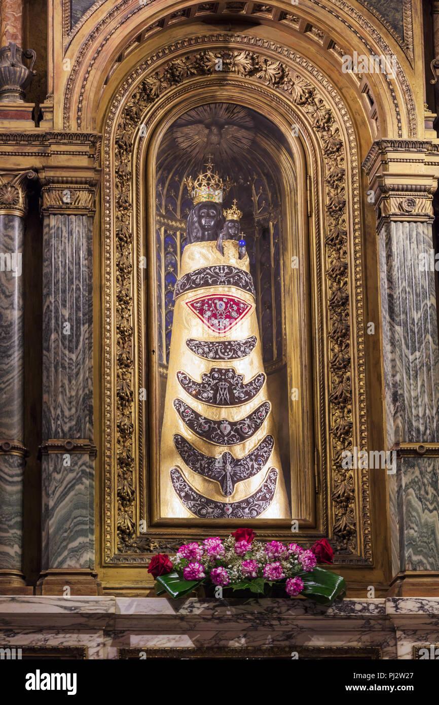 Nuestra Señora De Loreto La Estatua De La Virgen María Santa Casa Basílica Della Santa Casa Interior Loreto Ancona Marche Italia Fotografía De Stock Alamy