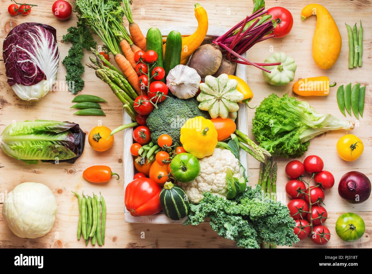 Surtido de colores frescos vegetales orgánicos en bandeja blanca en madera de pino, cocina creativa de fondo de tabla, vista superior, el enfoque selectivo Imagen De Stock