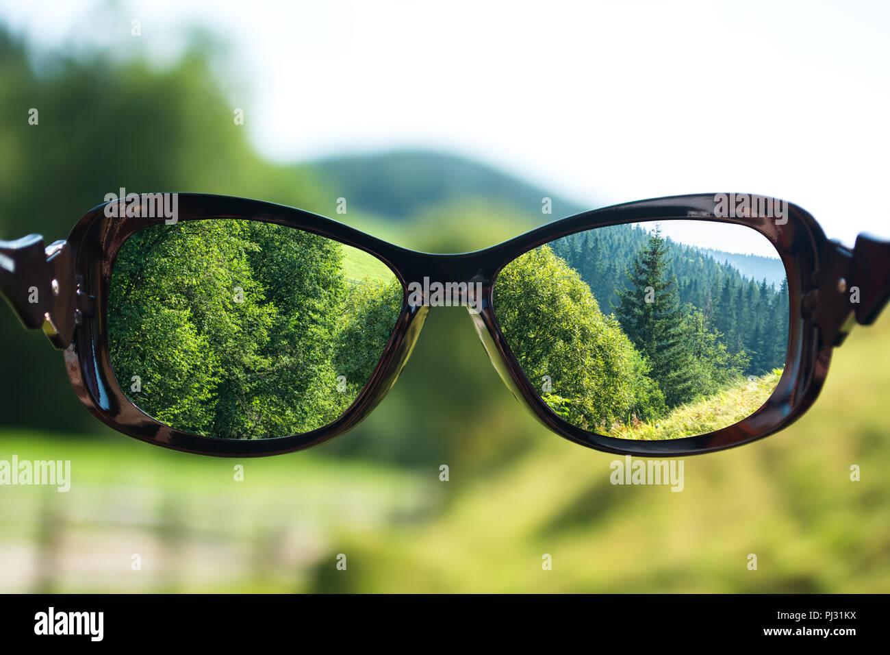 b9ae9d899e El concepto creativo de mala visión. Se centró en las lentes de las gafas  del paisaje sobre la foto borrosa