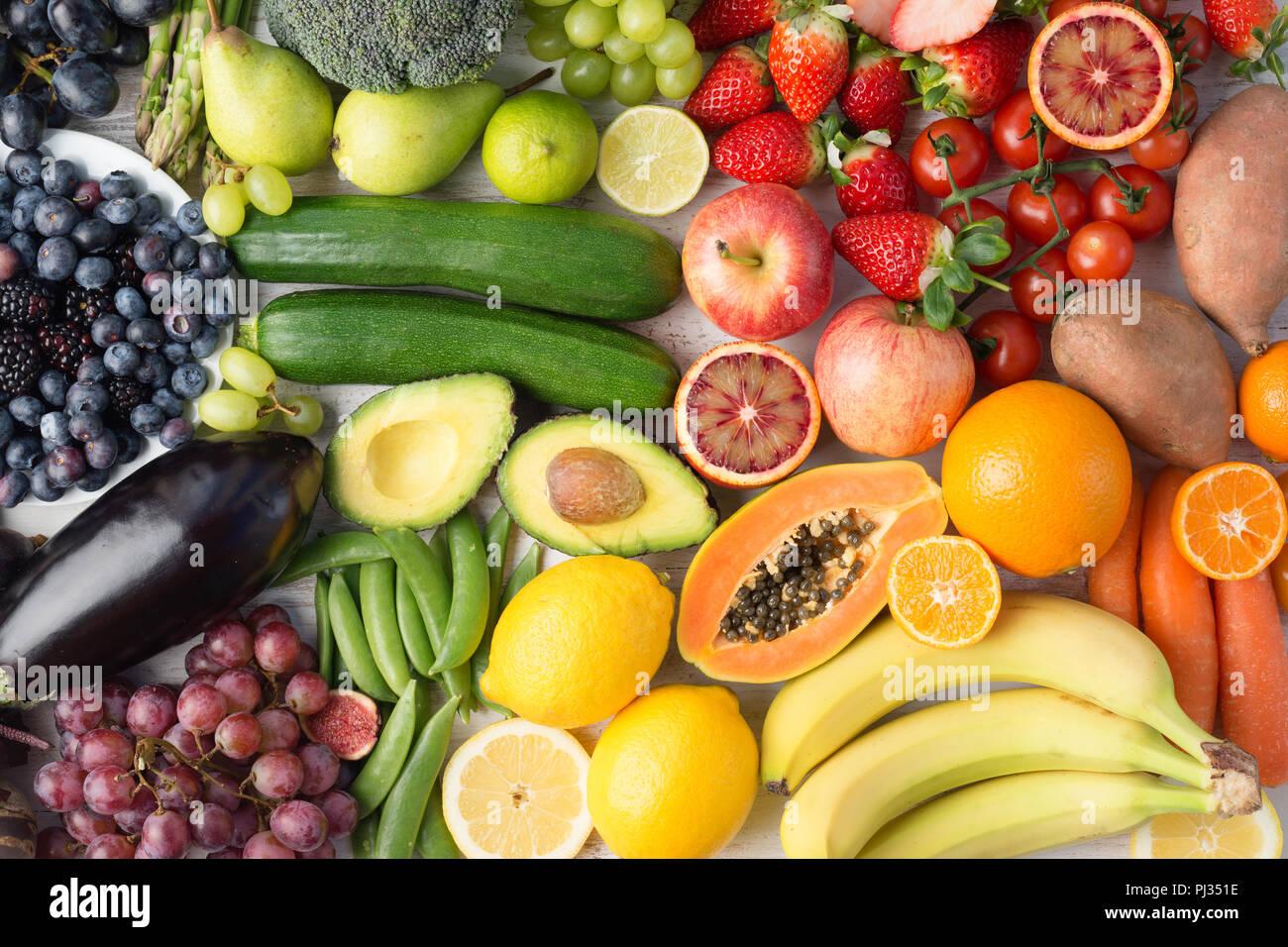 Comer sano, el surtido de frutas y verduras en los colores del arco iris de fondo, vista superior, el enfoque selectivo Imagen De Stock