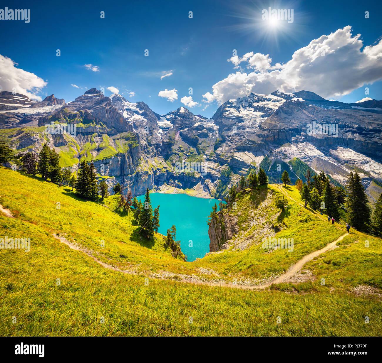 Colorido mañana de verano en el lago - único Oeschinen (Oeschinensee), Sitio de Patrimonio Mundial de la UNESCO. Suiza, Europa. Foto de stock
