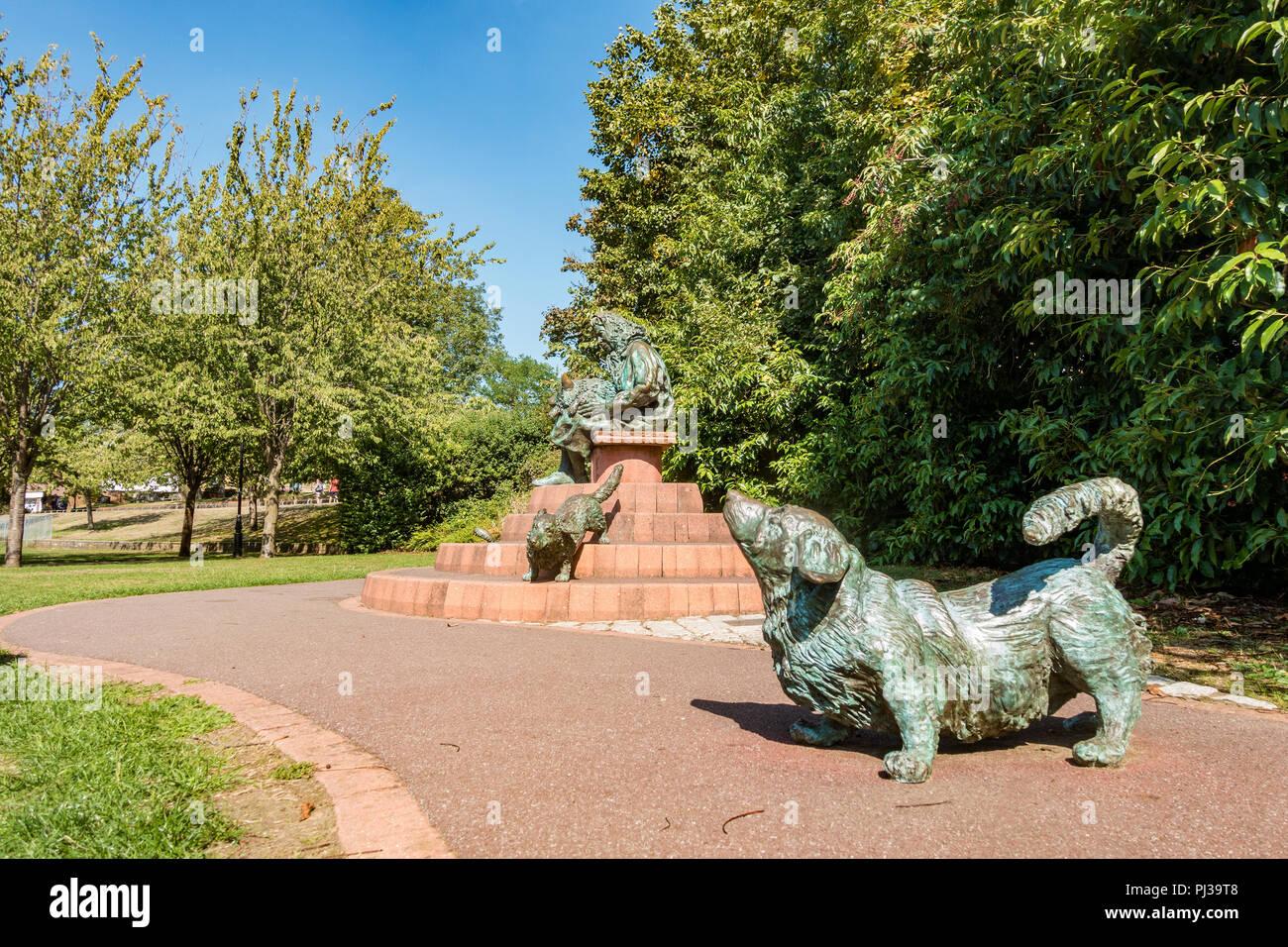 """""""Windsor Lady"""" una escultura de la Reina Isabel con sus corgis por Lydia Karpinska está situado en Solteros Acre Park en Windsor, Reino Unido. Foto de stock"""