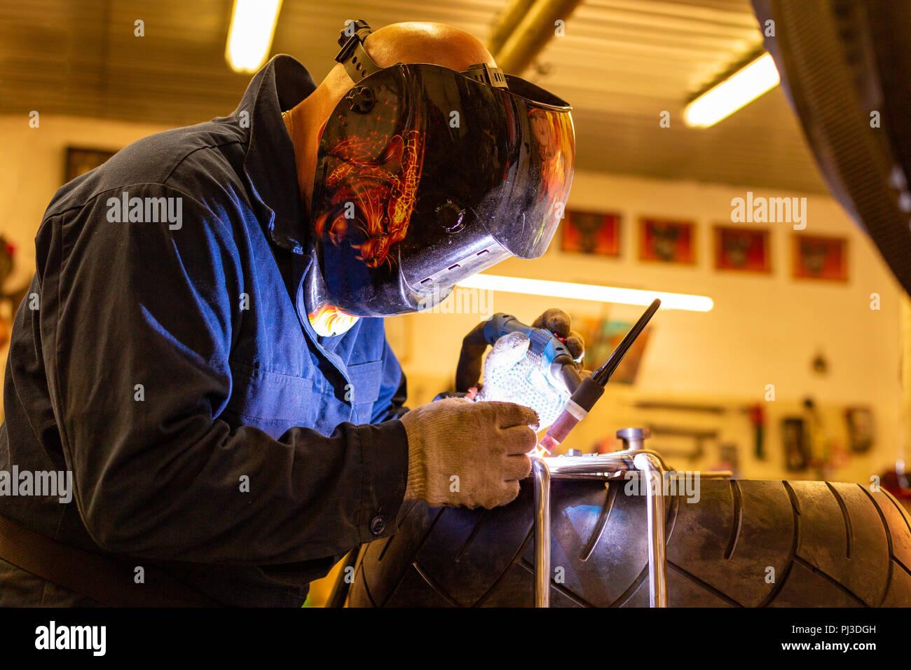 Mecánico de automóviles profesionales que trabajan en el servicio de reparación de automóviles en máquina de corte de gas argón Imagen De Stock