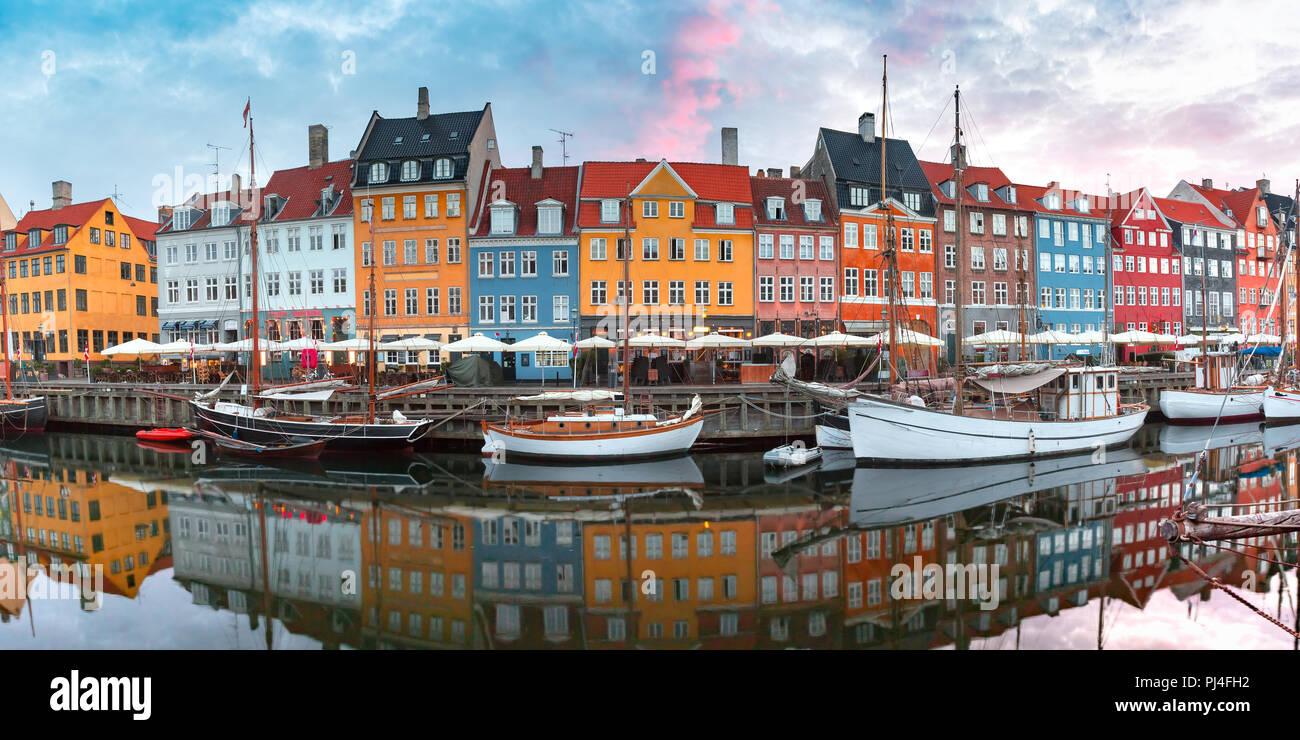 Al amanecer, Nyhavn en Copenhague, Dinamarca. Foto de stock