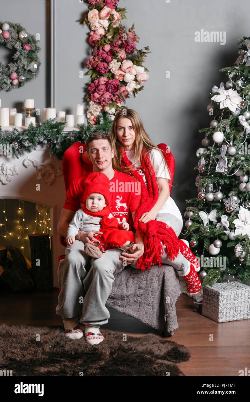 Gente Feliz En Navidad.Amorosa Familia Feliz Navidad Y Feliz Ano Nuevo Alegre