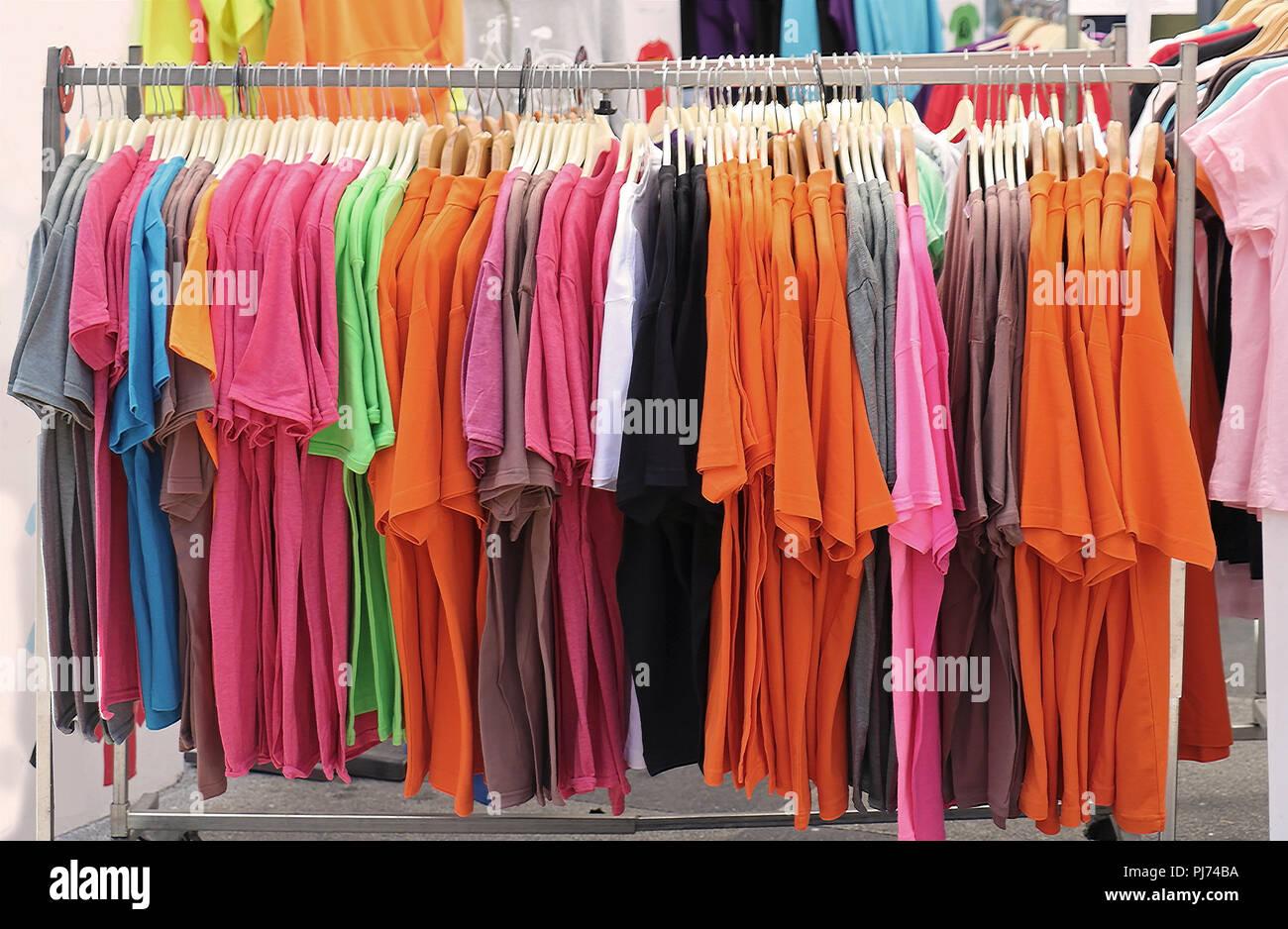 Colorido algodón de manga corta camisetas vendidas en el mercado Imagen De Stock