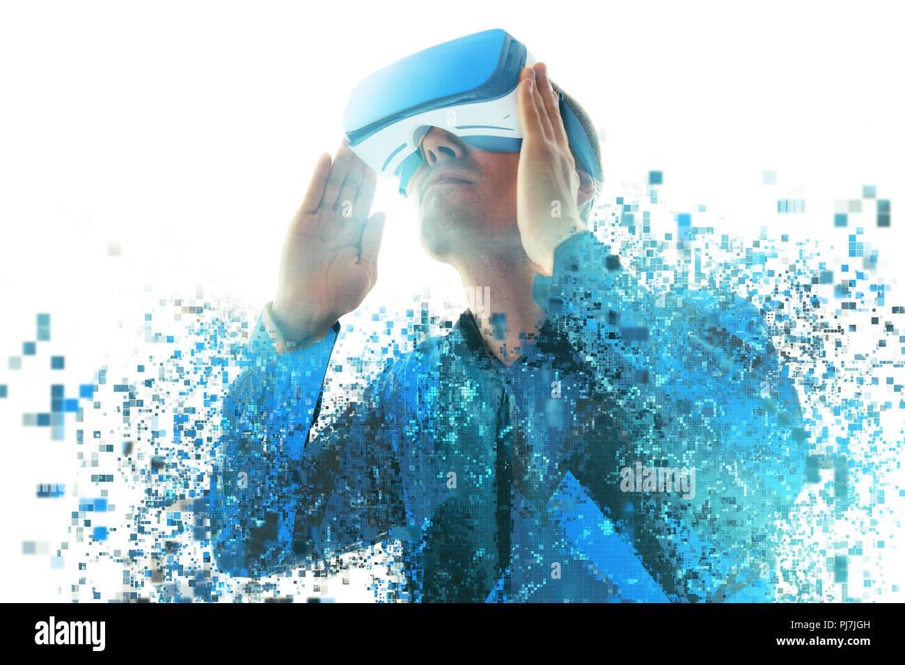 Una persona en gafas de realidad virtual vuela a píxeles. El concepto de nuevas tecnologías y tecnologías del futuro.VR gafas. Imagen De Stock