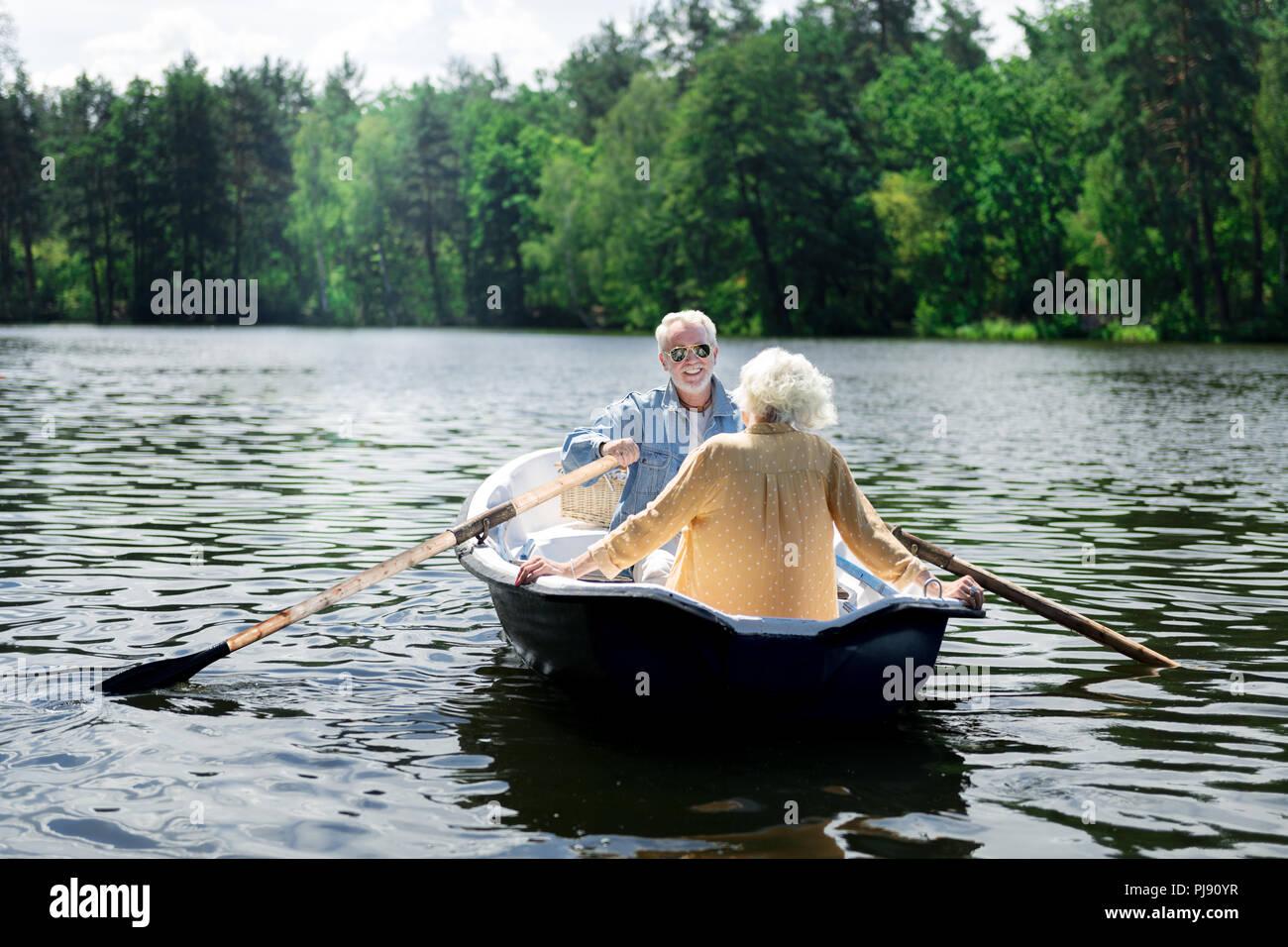 Pareja de jubilados felices disfrutando de su increíble viaje fluvial Imagen De Stock