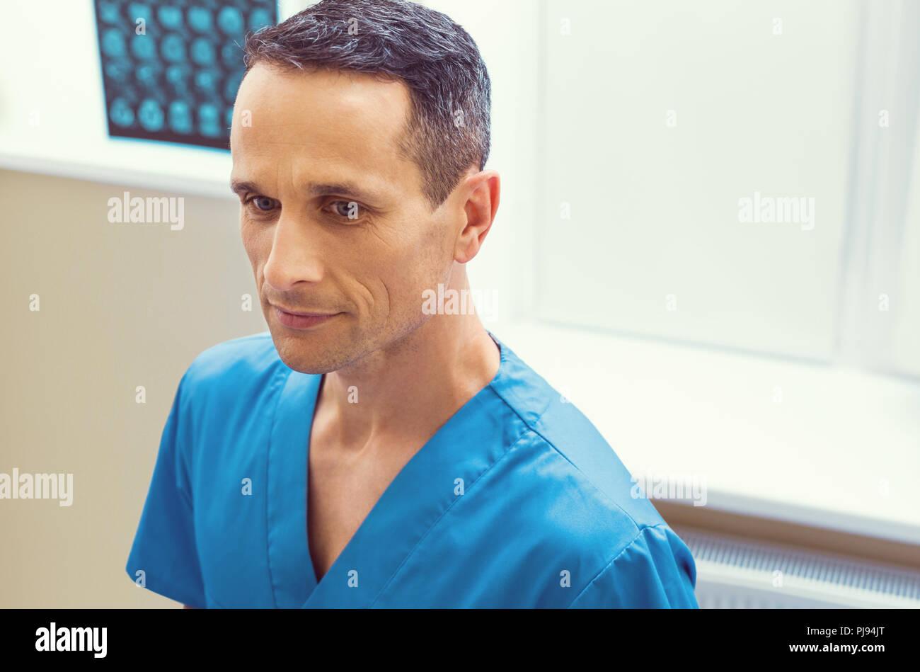 Retrato de grave trabajador de laboratorio macho Imagen De Stock