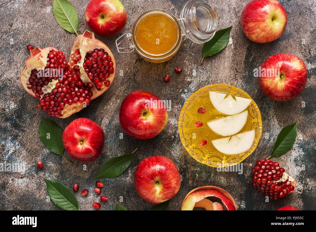 Manzanas rojas, Granada y miel. Año Nuevo - Rosh Hashana. Comida tradicional judía. Vista superior, sobrecarga, laicos plana Imagen De Stock