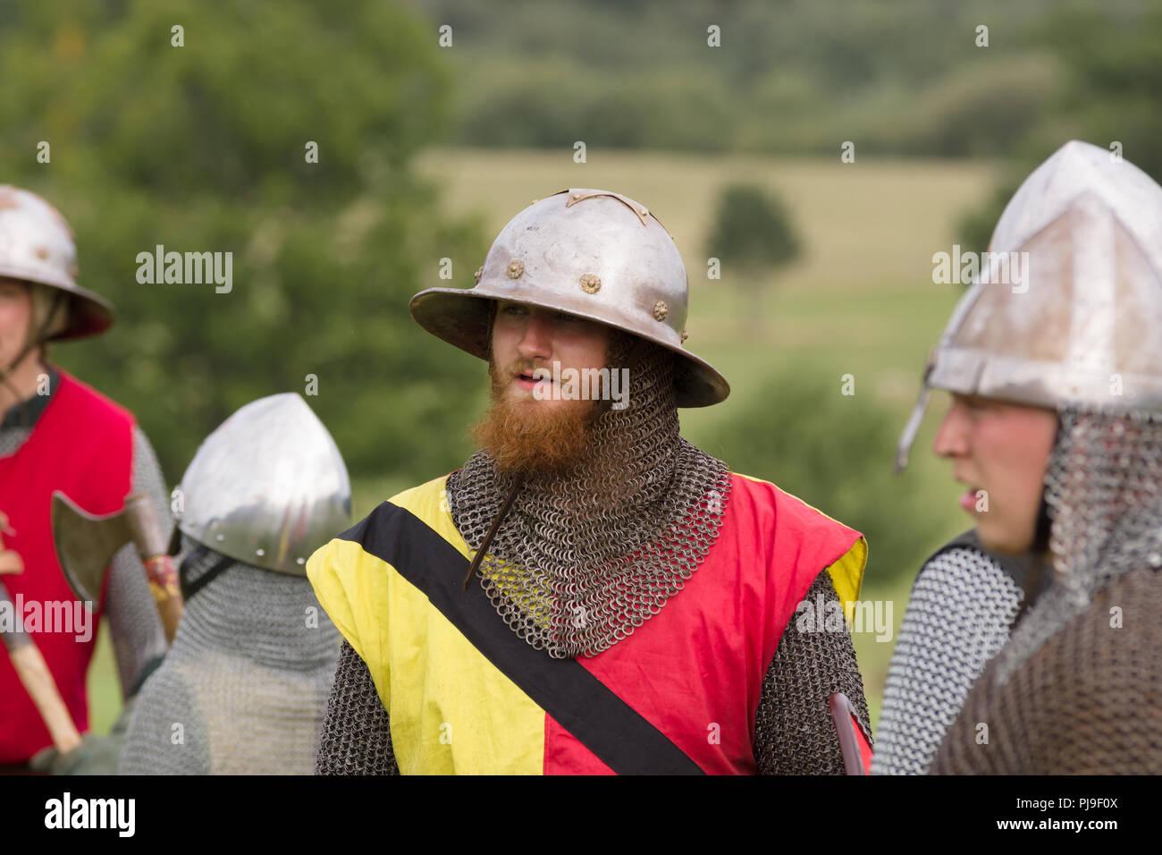 2c1306eb77611 Batalla medieval re-enactor vistiendo una hervidora hat casco de la  sociedad Ial Cwmwd reviviendo